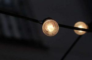 El precio de la luz se desploma un 54% en la primera quincena de febrero y es la mitad que en Europa